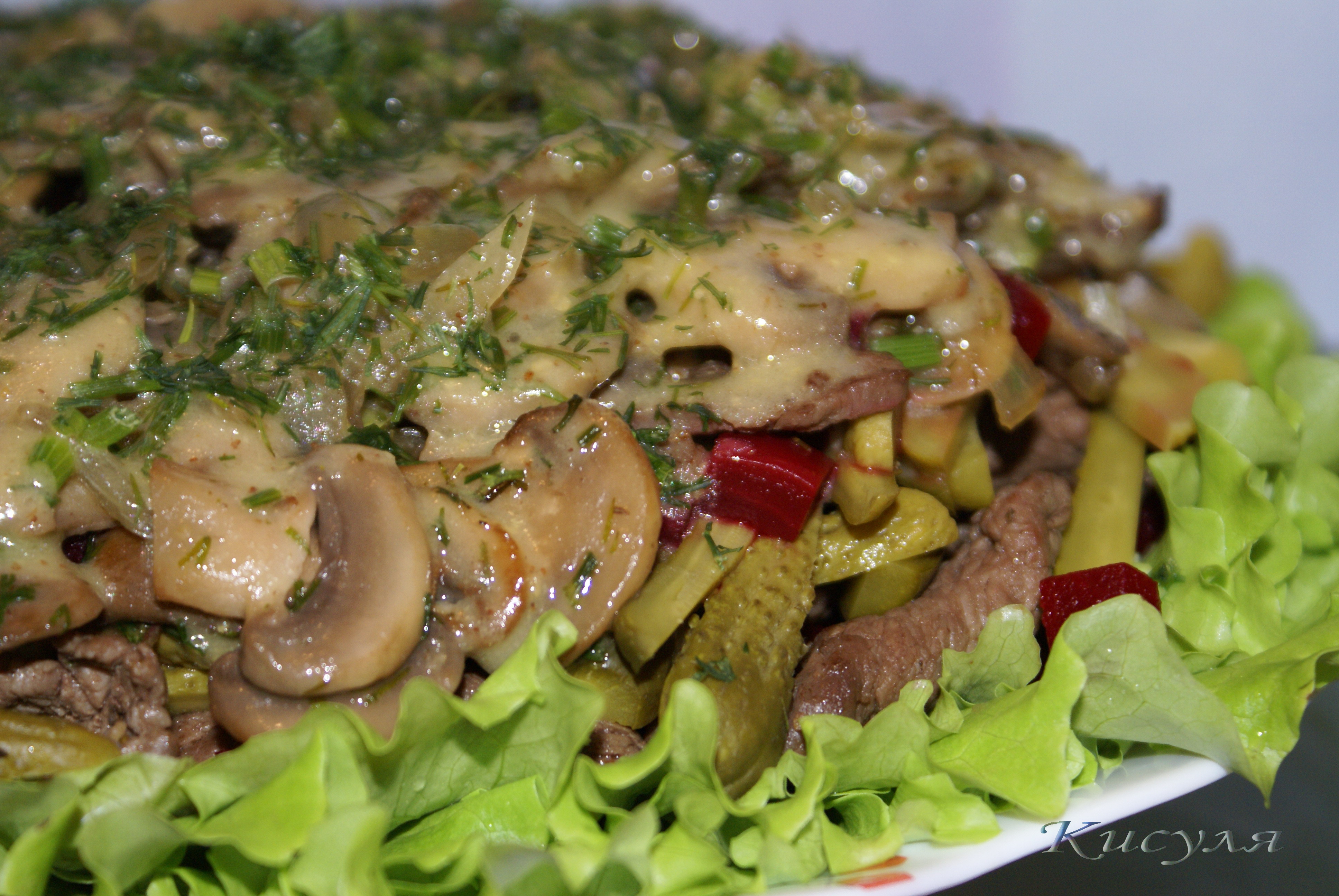 Салат с грудкой и маринованными шампиньонами