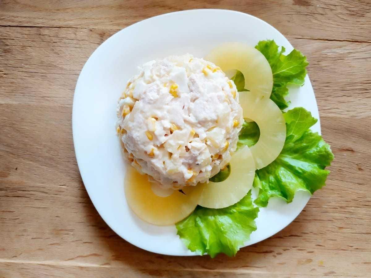 Салат с курицей, ананасом и сыром: 3 рецепта слоями