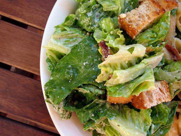 """Какой салат нужен для салата """"цезарь"""": выбор ингредиентов, приготовление соуса, фото"""