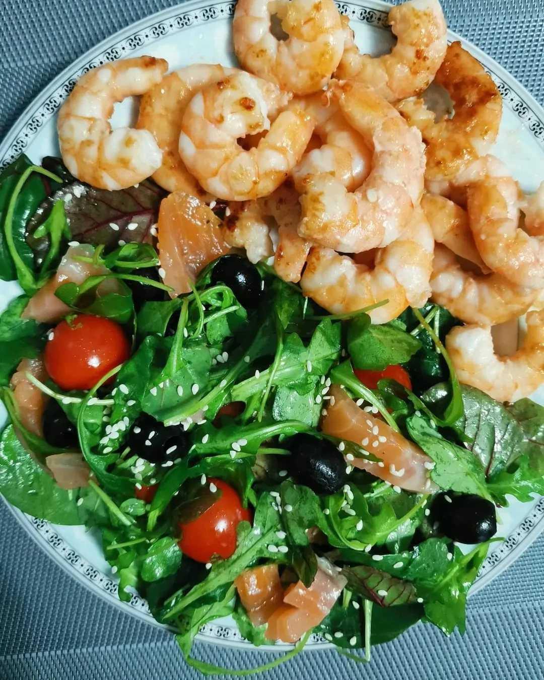 Рецепт: салат с семгой и креветками
