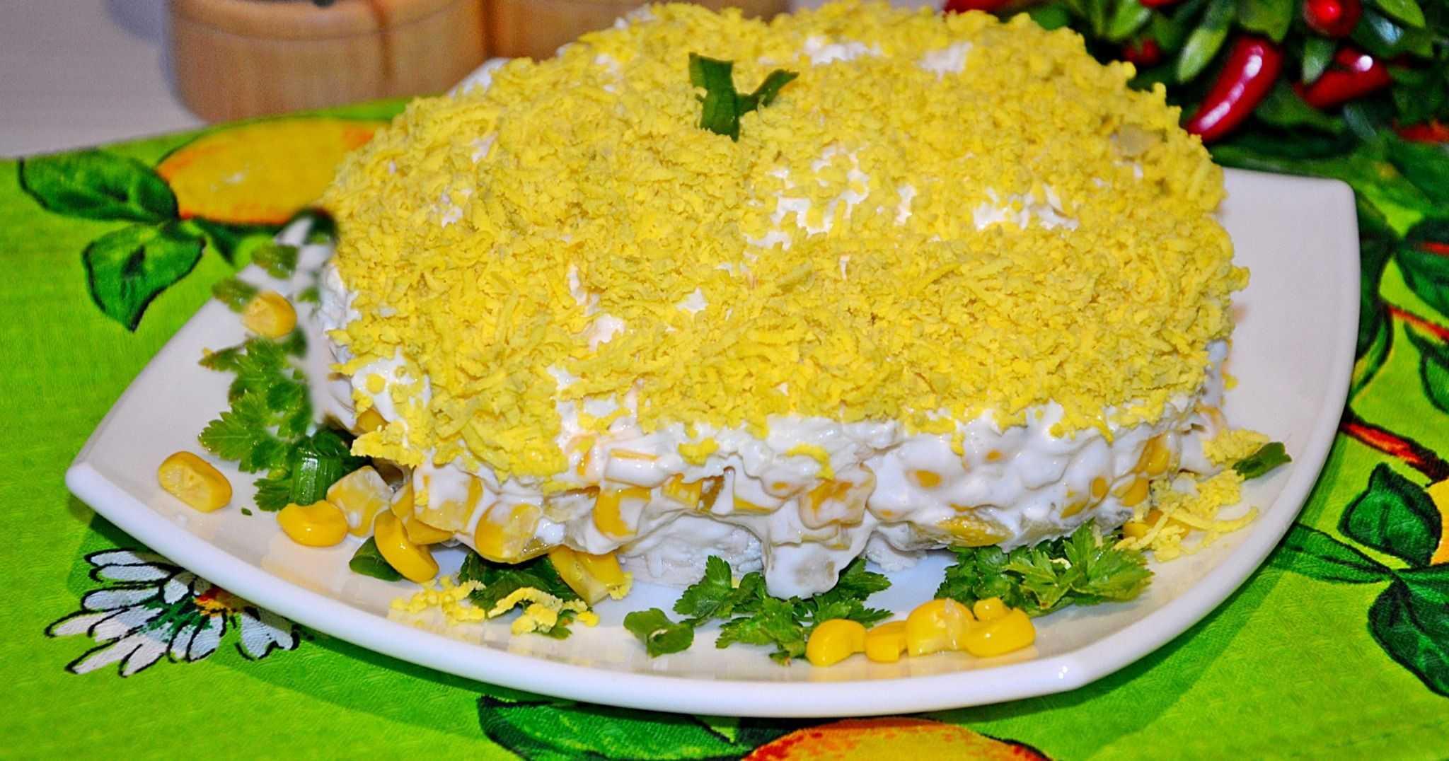 Салат с грибами, курицей, яйцами и сыром
