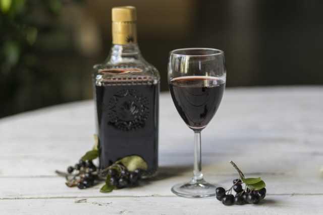 Ликер из черноплодной рябины: 3 рецепта в домашних условиях
