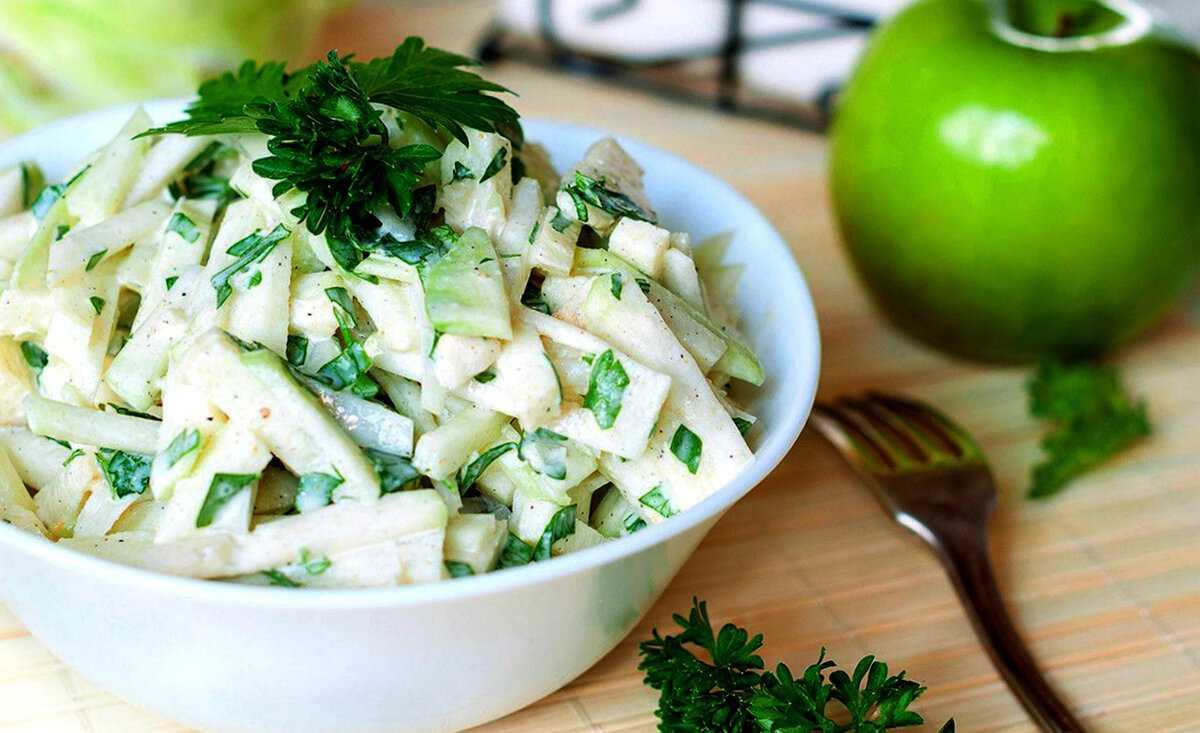Салат с яблоками сыром,  яйцами с луком и орехами рецепт с фото пошагово и видео - 1000.menu
