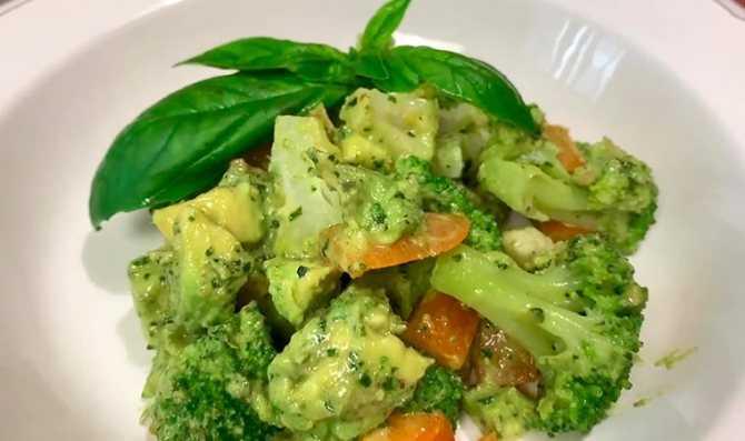 Салат из брокколи с орехами и клюквой рецепт с фото пошагово и видео - 1000.menu