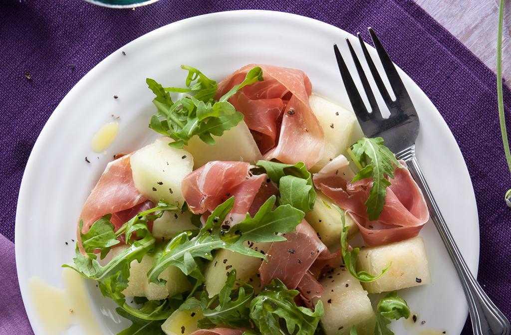 Салат с шампиньонами огурцом яйцом ветчиной и сыром рецепт с фото пошагово - 1000.menu