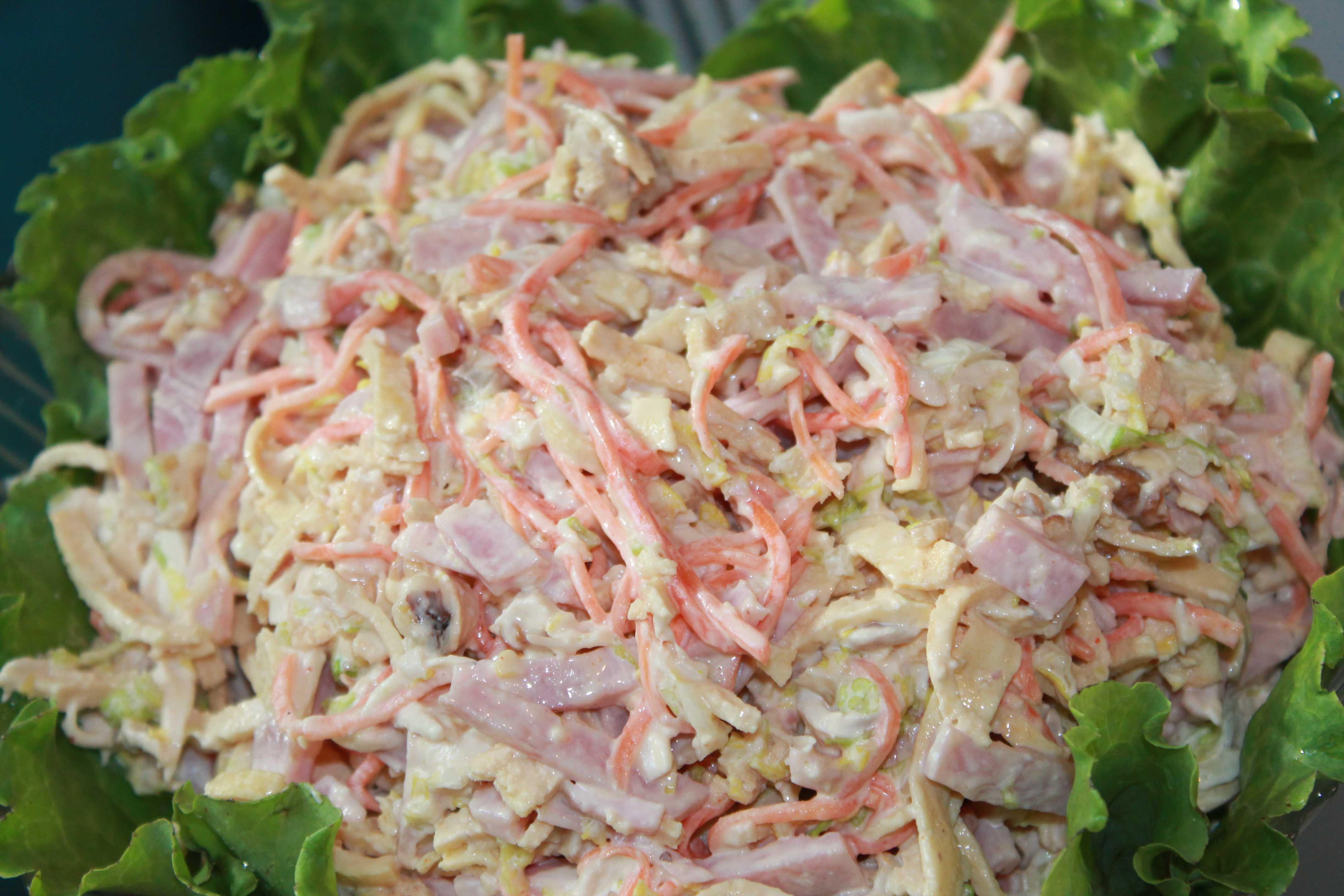 Салат с копчёной курицей и помидорами рецепт с фото пошагово и видео - 1000.menu