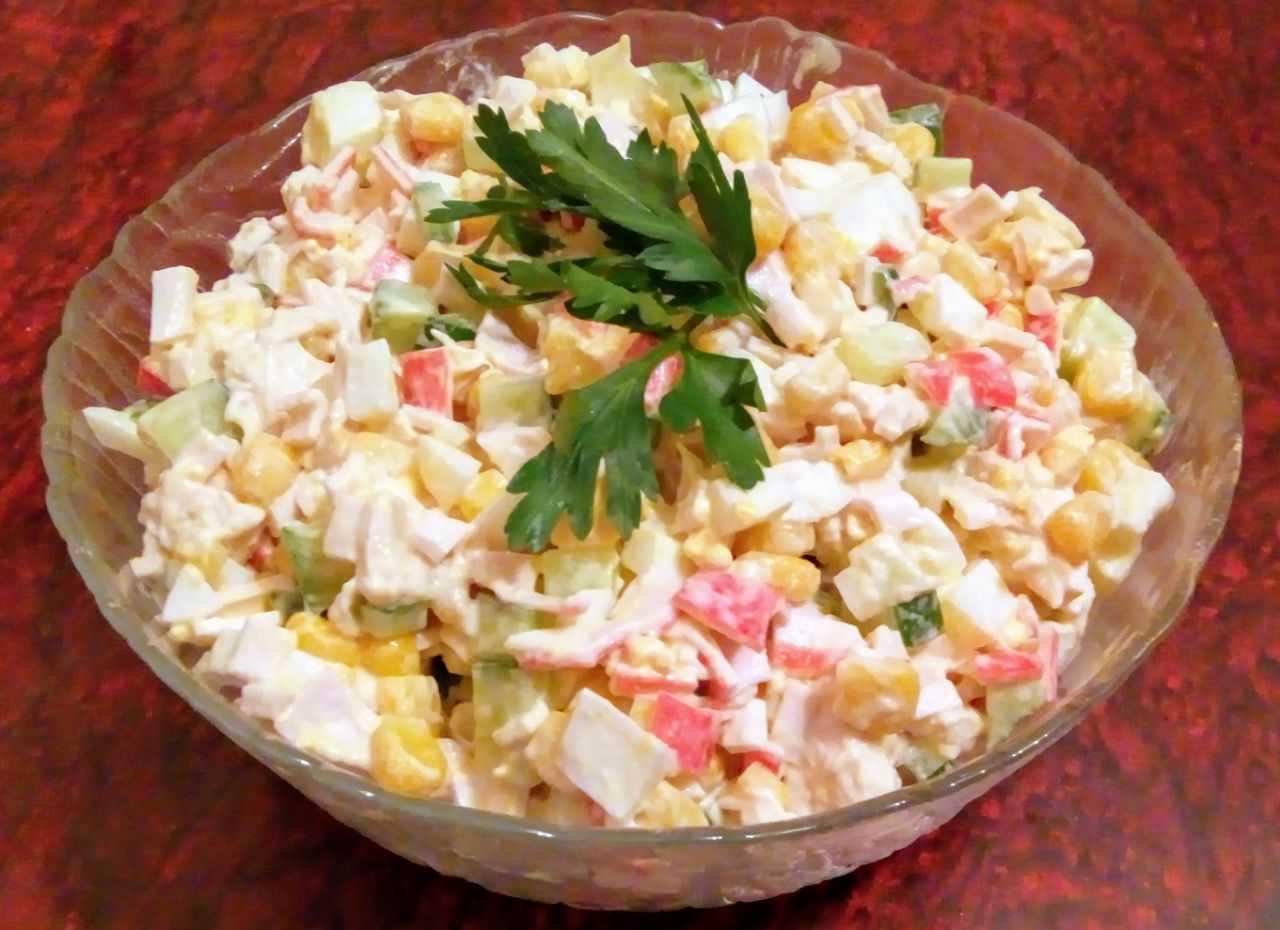 Крабовый салат с кукурузой и огурцом: 6 отличных рецептов