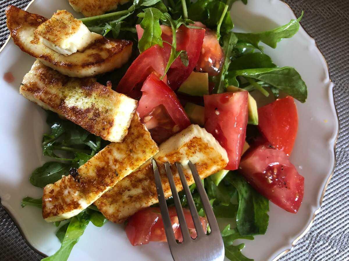 Аппетитный греческий салат с адыгейским сыром