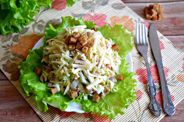 Салат с вареной колбасой, твердым сыром и свежим огурцом рецепт с фото пошагово - 1000.menu