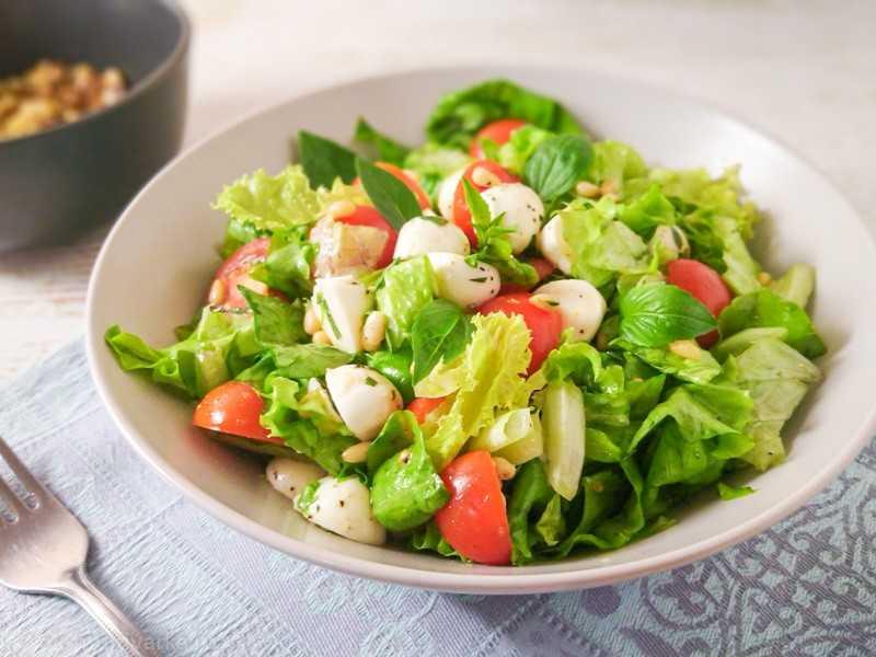 Овощные салаты для похудения: салат с базиликом и помидором