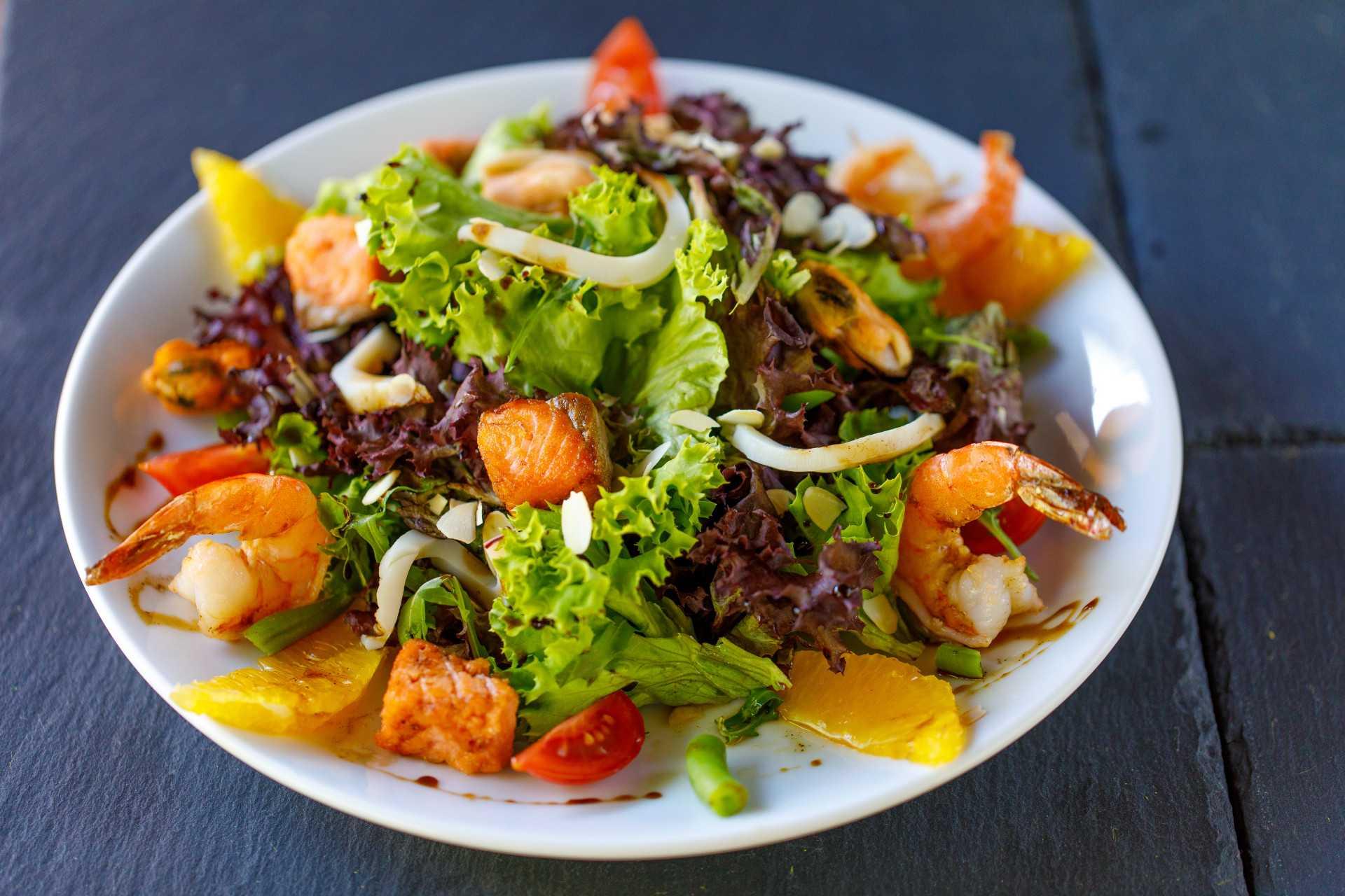 Теплый салат из морепродуктов: рецепт с фото очень вкусный, пошагово