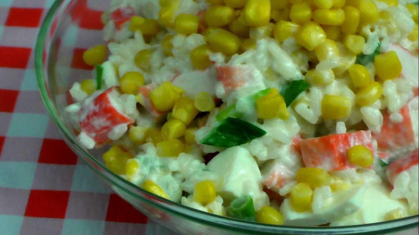 Крабовый салат с рисом, огурцом и кукурузой классический