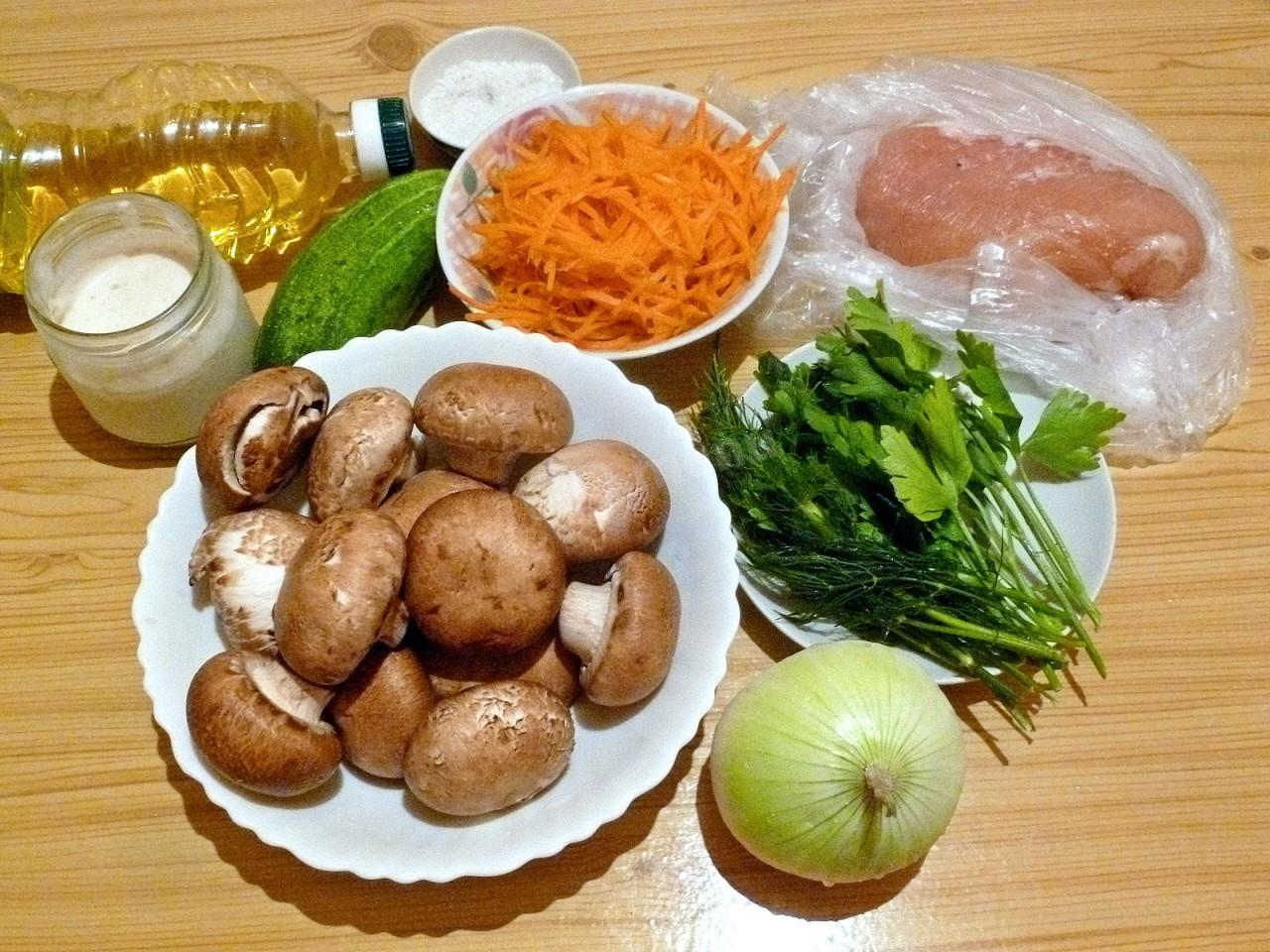 Салат слоями с жареными шампиньонами и курицей