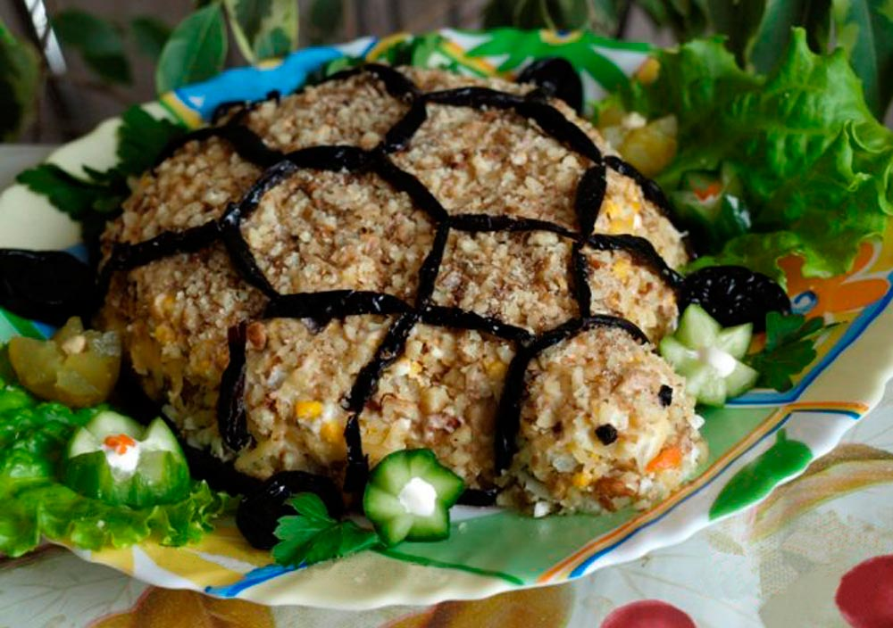 Салат «черепашка» с курицей и грецкими орехами - домашний рецепт