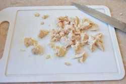Слоеный салат с курицей: простые, пикантные и праздничные рецепты