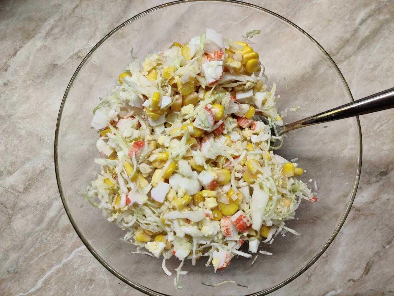 Вкусный крабовый салат с капустой