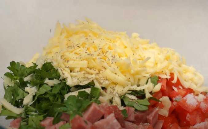 Салат гусарский с помидорами и говядиной