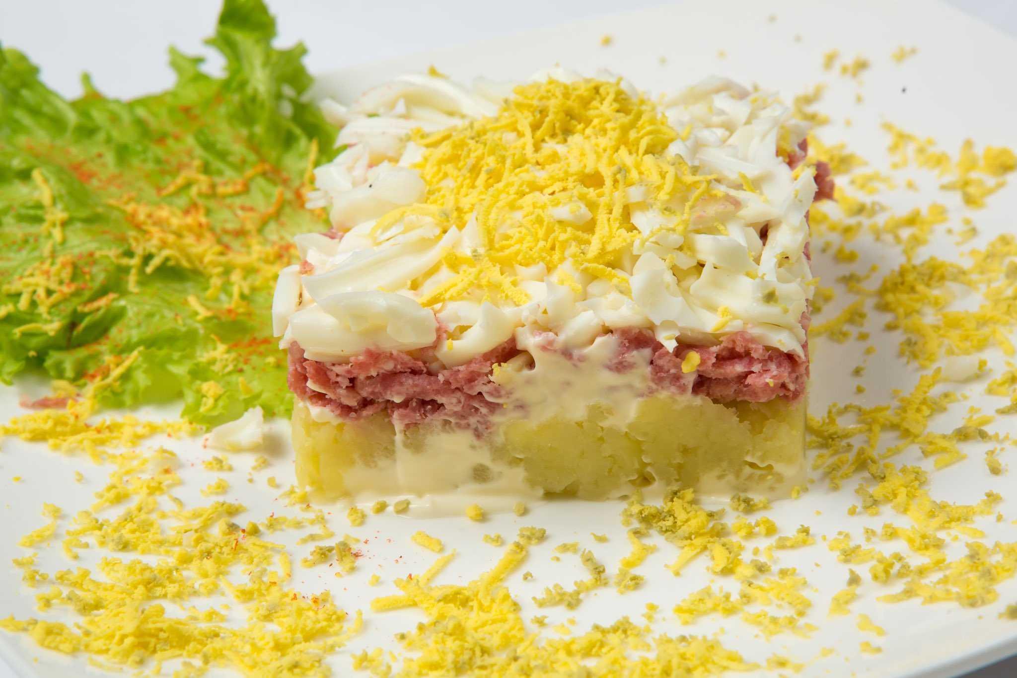 Салат с курицей и солеными огурцами - 10 потрясающих рецептов