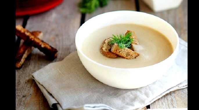Рецепт супа-пюре из шампиньонов со сливками, вином, брокколи, чесноком, луком и сухариками. Технология приготовления в мультиварке. Калорийность продукта.