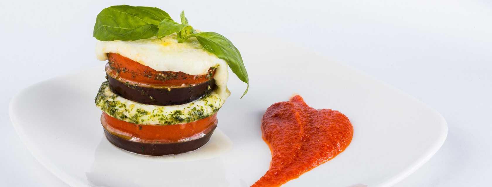 Салат с моцареллой помидорами и беконом рецепт с фото пошагово и видео - 1000.menu