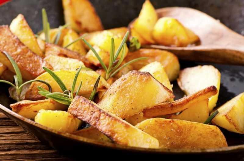 Жареная картошка на сковороде - 8 вкусных рецептов — kushaisovkusom.ru