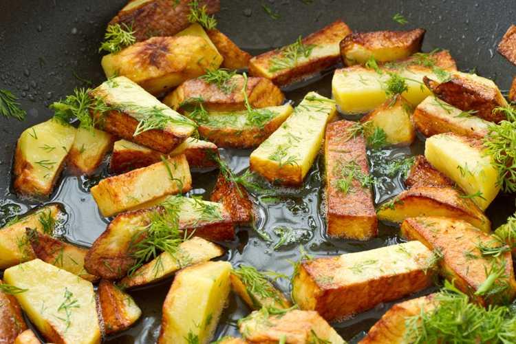 Жареная картошка с грибами на сковороде - рецепт с фото пошагово