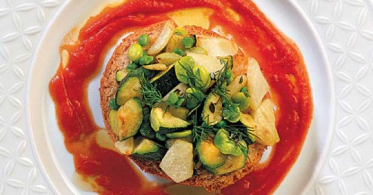 Итальянский салат с вялеными помидорами, рукколой и нежным куриным филе