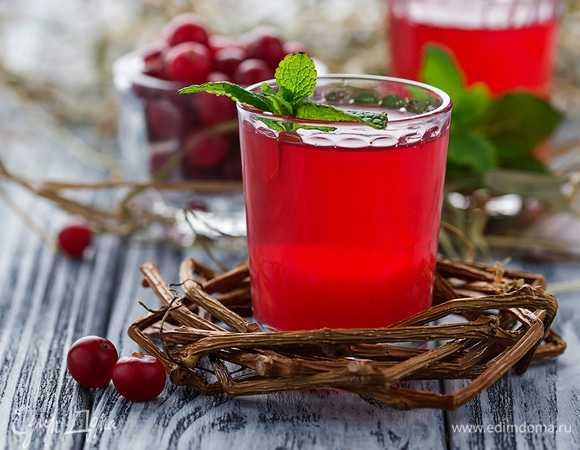 Вкусный и полезный напиток - клюквенный морс - рецепт из замороженных ягод позволяет готовить его круглогодично, а добавление различных ингредиентов даст каждый раз новый вкус.