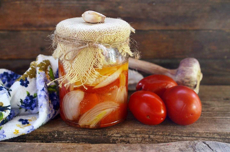 9 лучших рецептов засолки помидоров с чесноком на зиму в банках