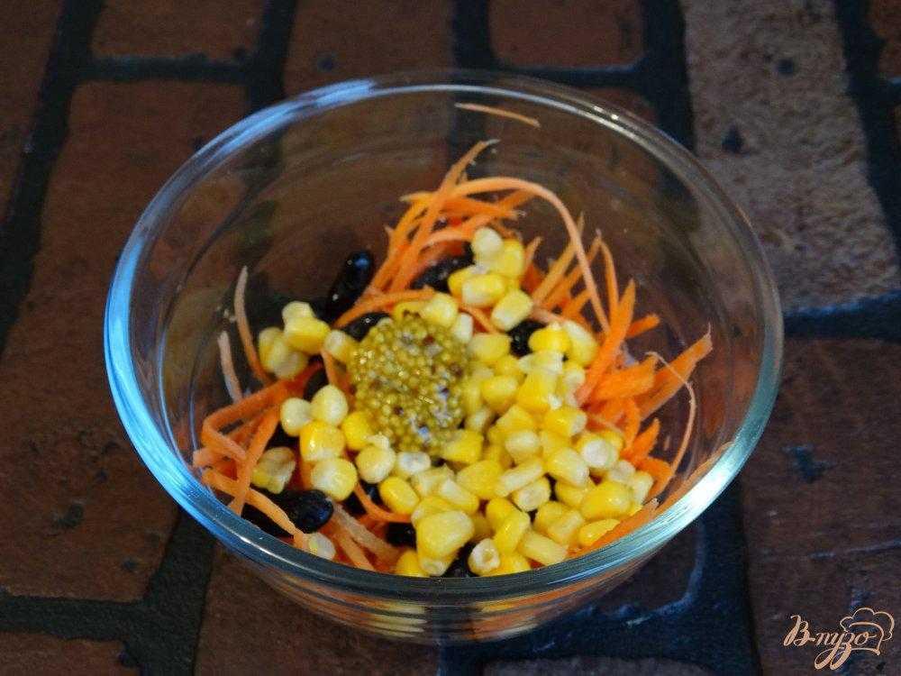 Салат с морковкой и копченой курицей и кукурузой