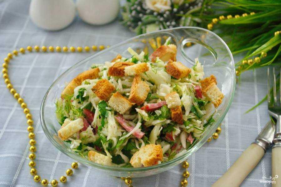 Салат с фасолью, сухариками и колбасой - лучшие идеи приготовления сытной закуски на любой вкус!