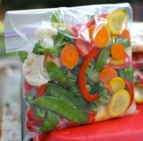 Как заморозить вишню с косточкой на зиму в холодильнике: правила и рецепты