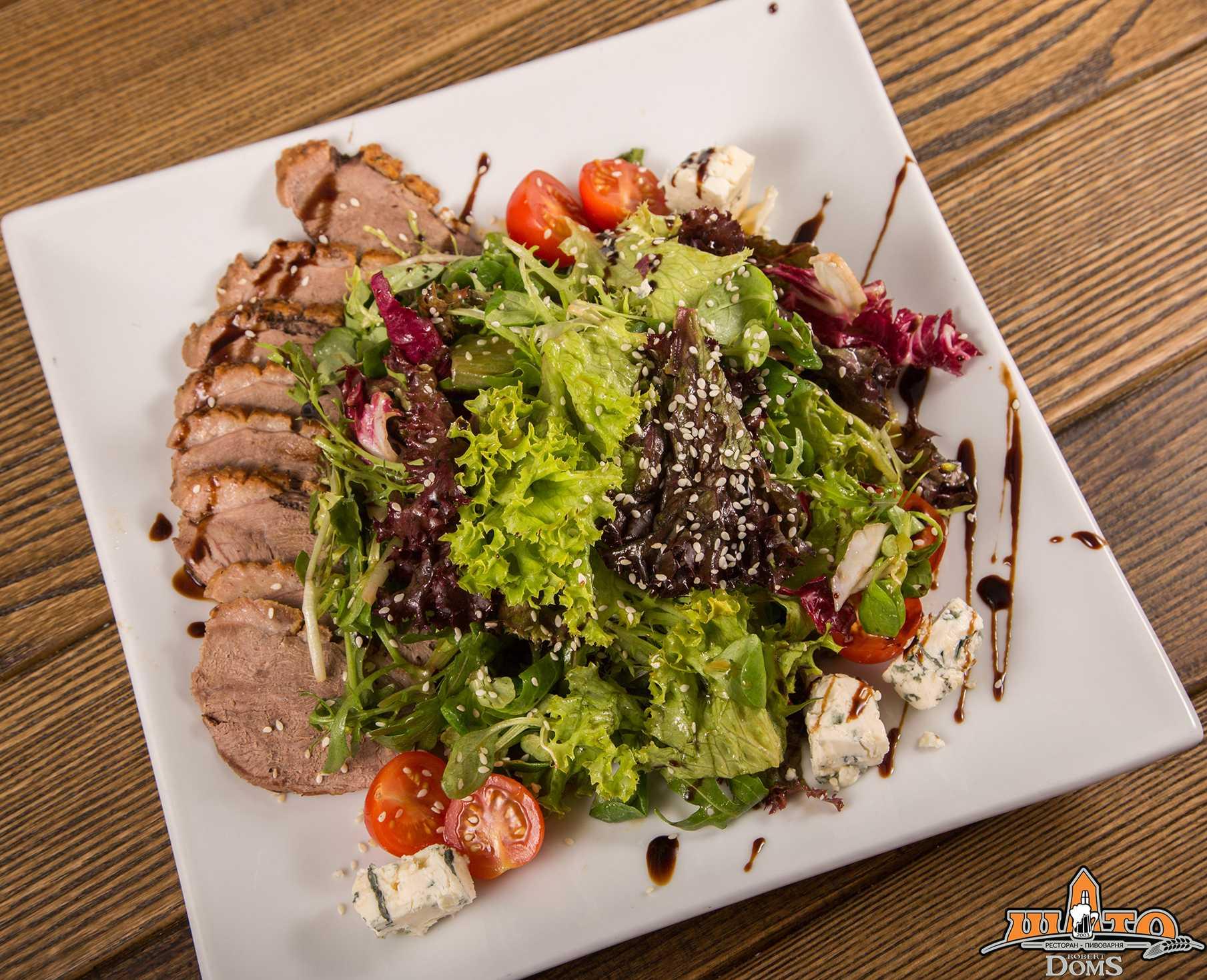 Салат «фаворит» по классическому рецепту и с курицей, ветчиной и грибами