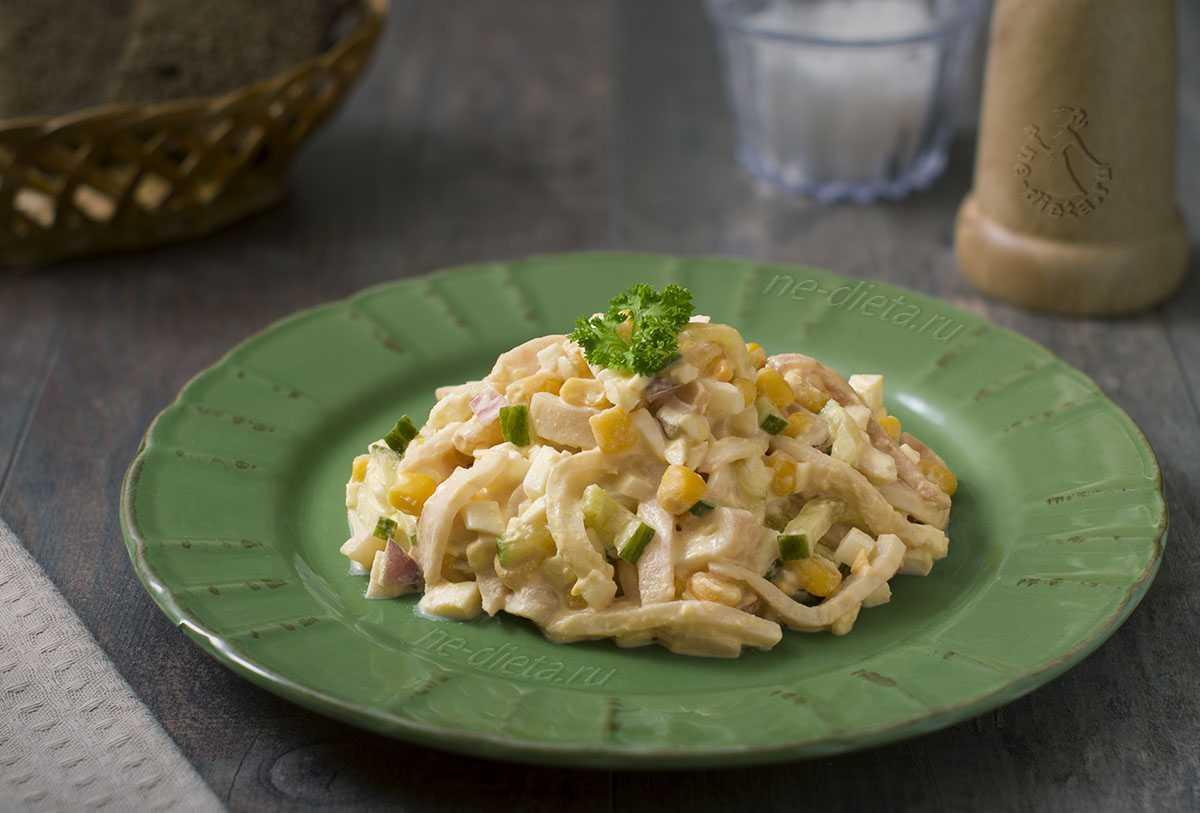 Салат с кальмарами, яйцом, огурцом и сыром — легкий и свежий