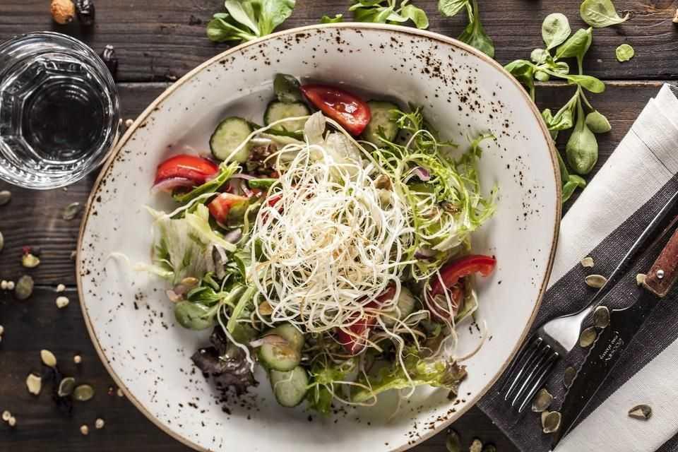 Салат с фетаксой, помидорами и другими ингредиентами