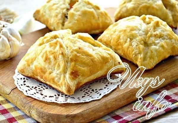 Слоеные пирожки с яйцом и зеленым луком в духовке рецепт с фото пошагово - 1000.menu