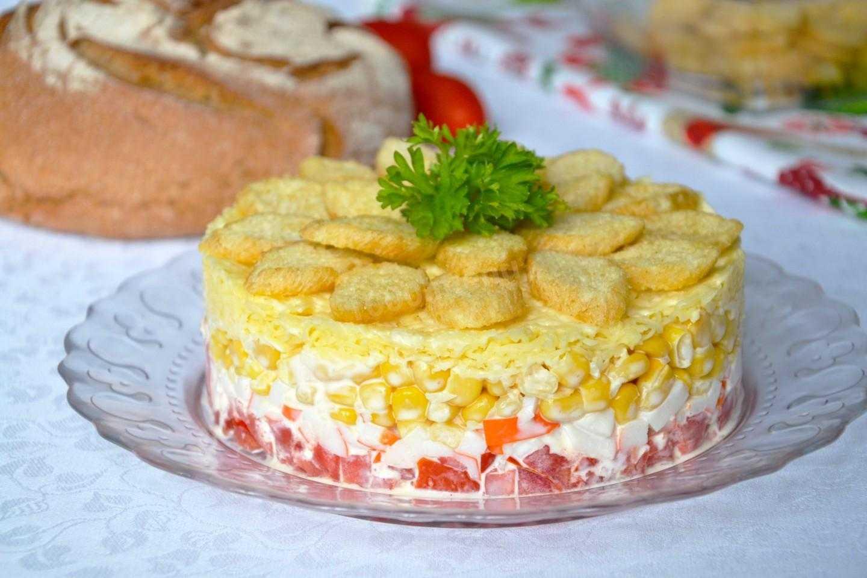 Салат с крабовыми палочками и сухариками – привнесёт пикантности и разнообразия: рецепт с фото и видео