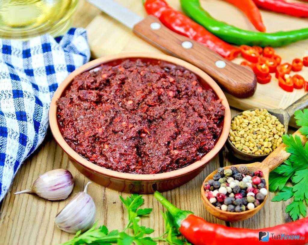 """Как приготовить """"огонек"""" из помидор, чеснока и острого перца на зиму, чтобы не прокис"""