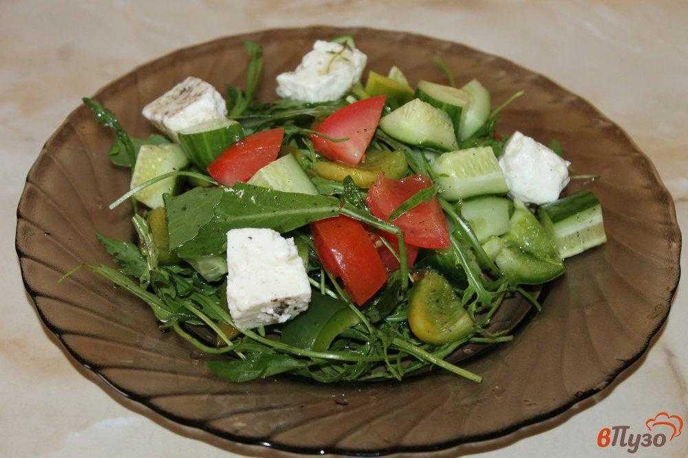Салат из помидоров и брынзы с зеленью. 500 рецептов для вечеринок
