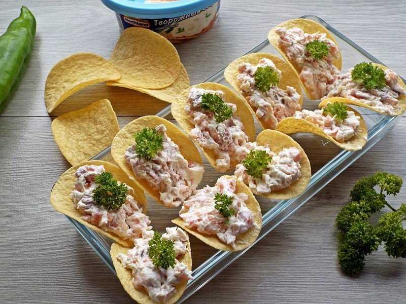 Закуски на чипсах – 10 рецептов с фото и пошаговым приготовлением