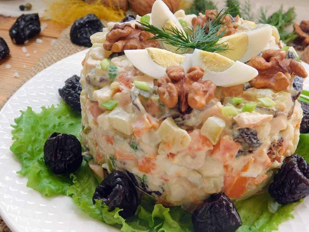Салат курица с ананасами и черносливом и грецким орехом рецепт с фото - 1000.menu