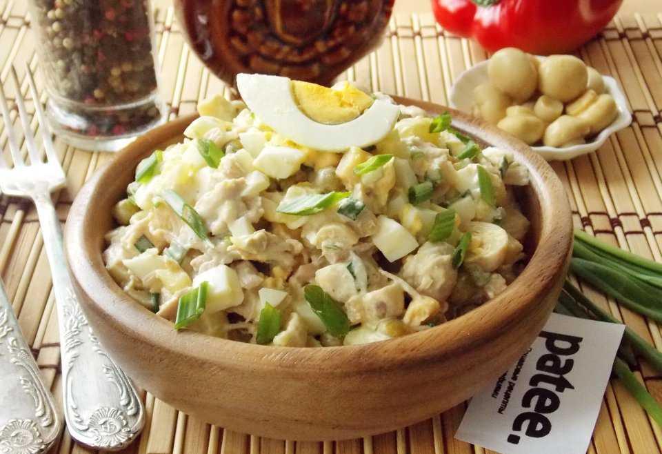 Салат с грибами и курицей и сыром