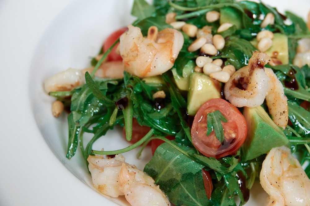 Экзотический салат из кальмаров и авокадо
