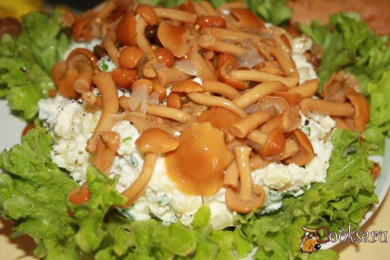 Салат с маринованными опятами - 6 пошаговых фото в рецепте