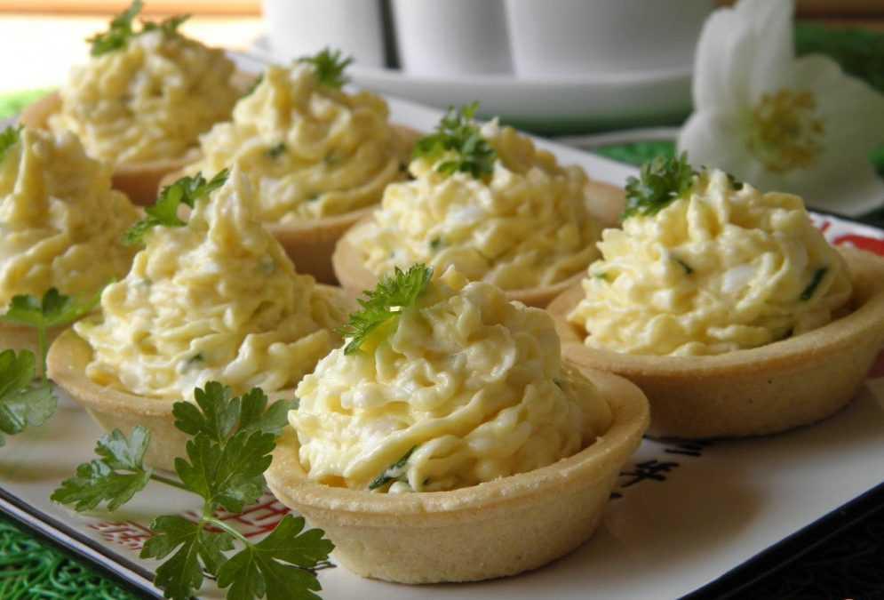 Салат из сыра с чесноком и яйцом и плавленный сыр рецепт с фото пошагово - 1000.menu