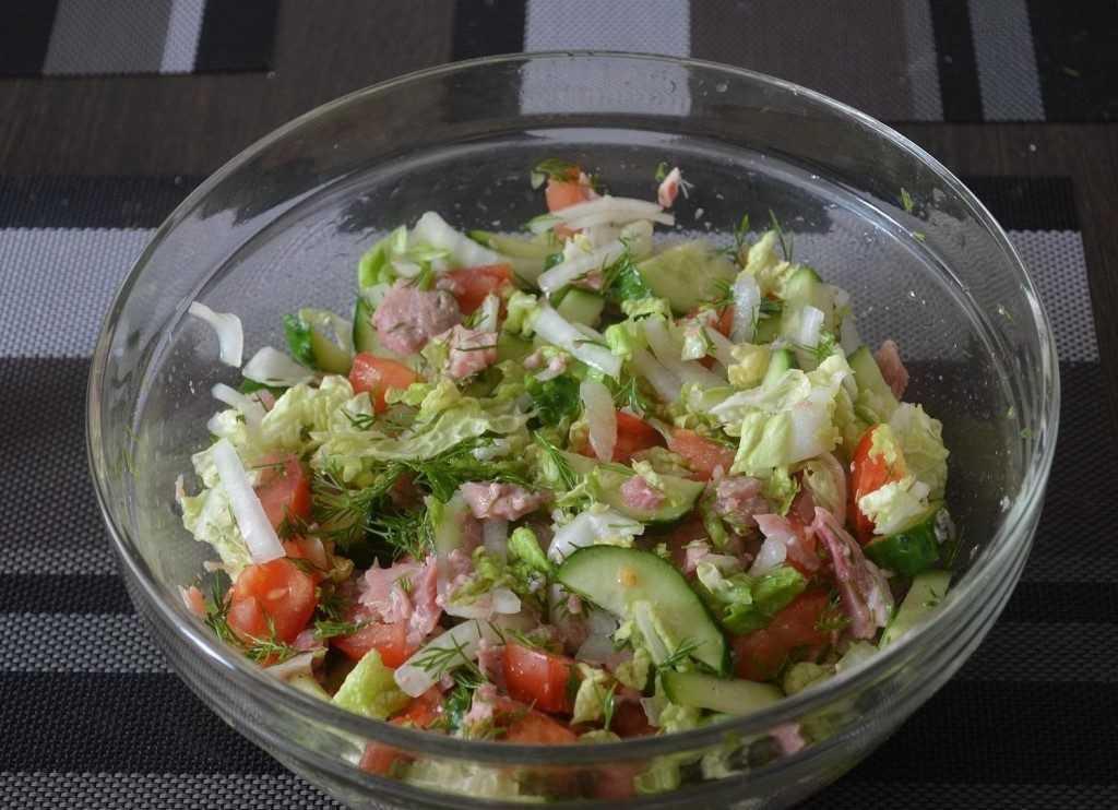 Фруктовый салат с пекинской капустой яблоками и гранатами
