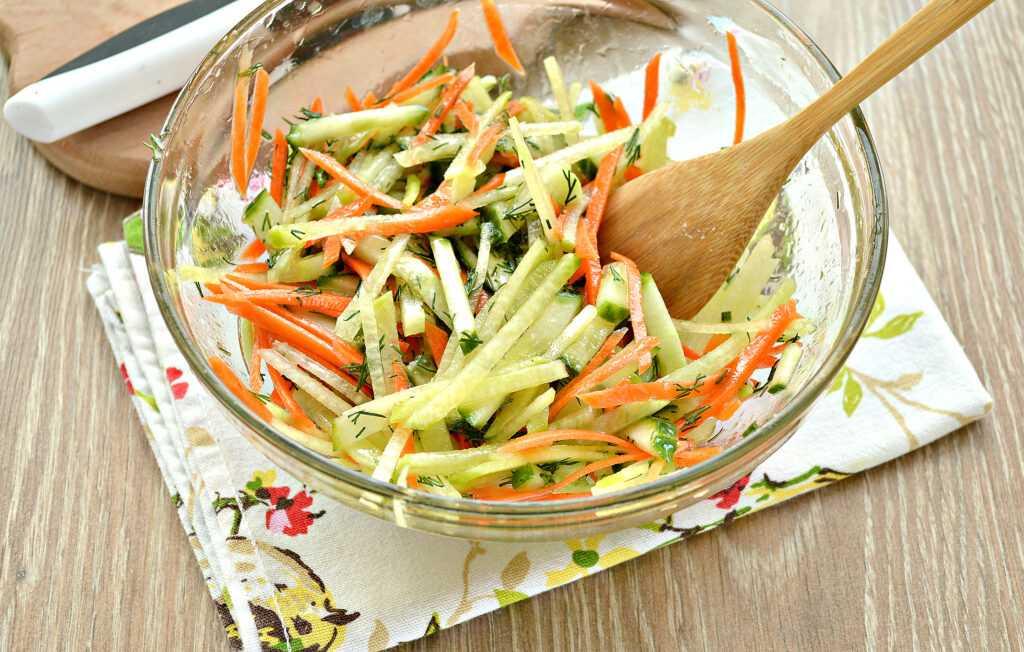 Простой салат из зеленой редьки с морковью