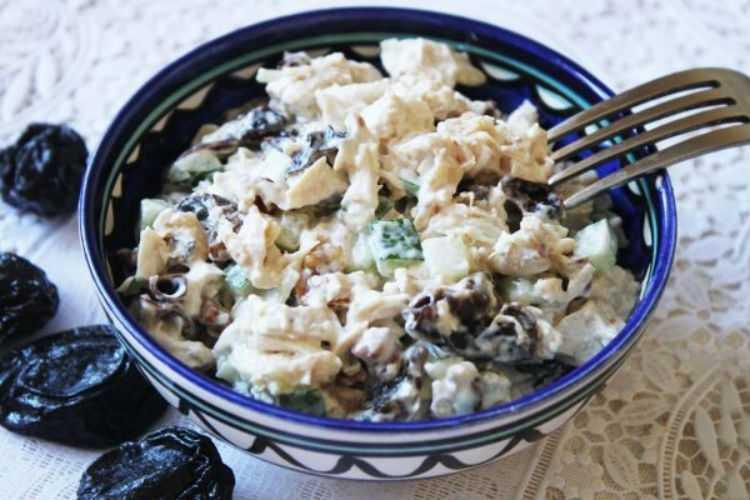 Салат с черносливом и куриной грудкой - изысканное кушанье: рецепт с фото и видео