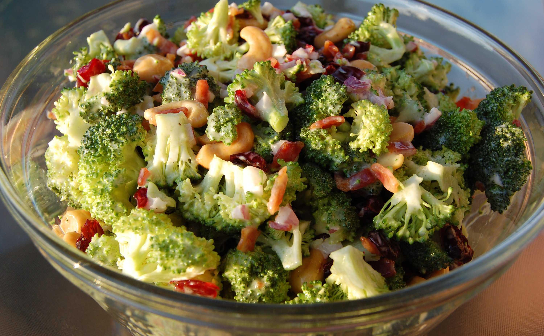 Салат из брокколи с орехами и клюквой