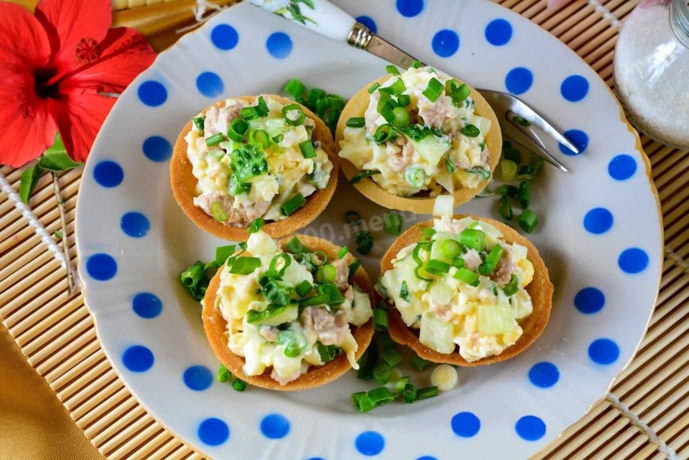 Салат с мясом криля зеленым луком яйцами